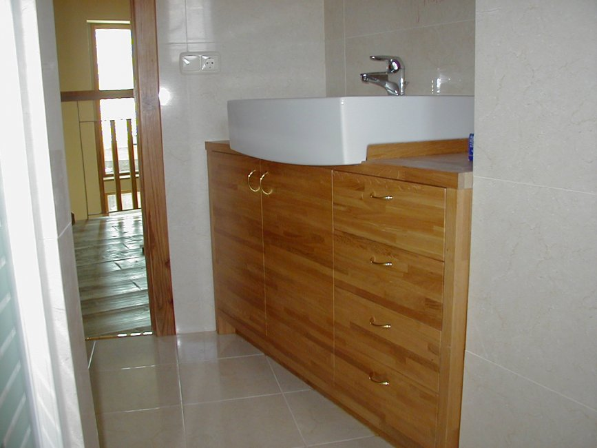 Mueble de baño con puertas y cajones. Fabricado en madera de roble macizo.