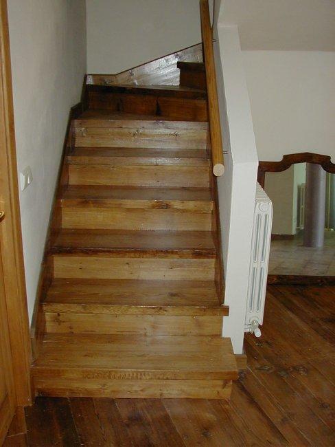 Escalera forrada en madera de pino antiguo.
