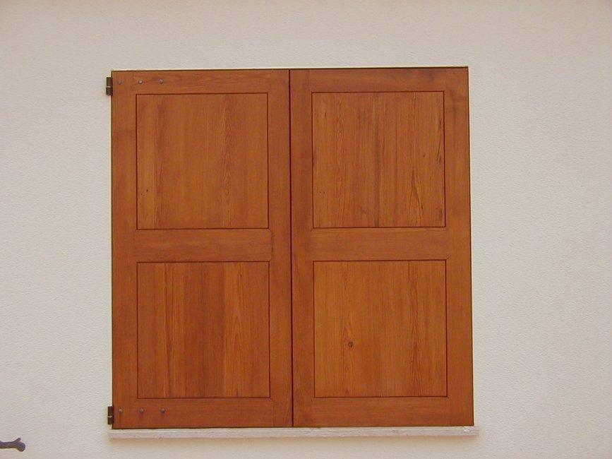 Porticones exteriores plafonados. Fabricados en madera de melis antigüo.