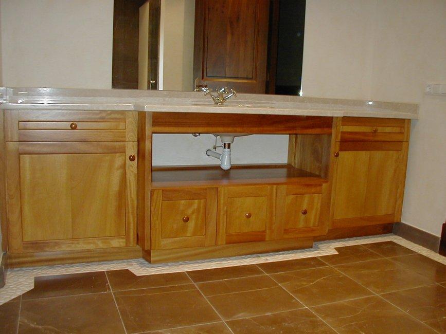 Mueble de baño con  puertas y cajones. Fabricado en madera maciza de iroco.