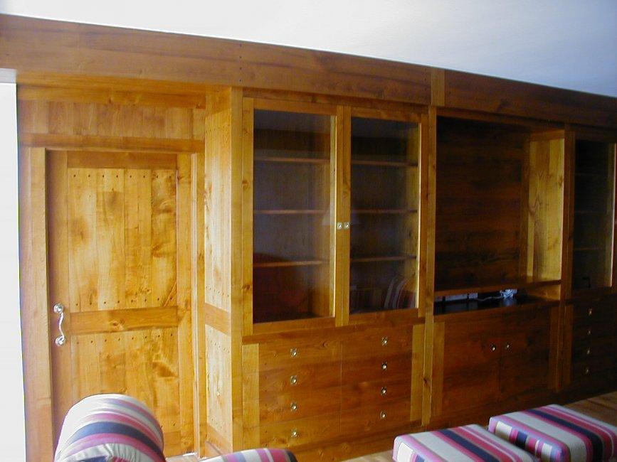 Conjunto mueble comedor con cajones i puertas . Puerta corredera integrada en el muebloe. Fabricado en madera de cerezo macizo.