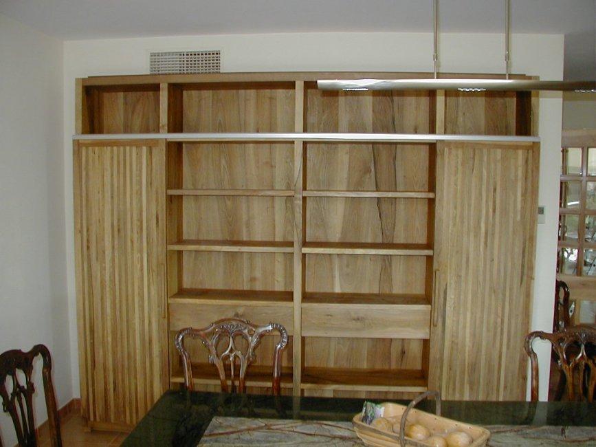 Mueble comedor con dos puertas correderas y dos cajones. Fabricado en madera de nogal macizo y acabado a la cera